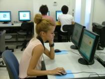 自習用のパソコンも用意されています。しかも台数が多いため、試験前などの混みあう時期でも順番待ちで長く待たされることがありません。