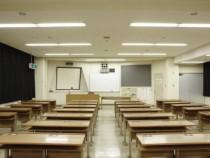 学科教室は広々。大型のスクリーンやプロジェクターも完備されており、教室が教習生でいっぱいになっても映像や画像が見やすいよう配慮されています。