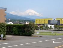 晴れている日は教習コースから富士山が見えます!この絶好のロケーションも、すその中央自動車学校の魅力のひとつです。