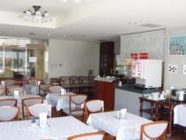 昼食は学校内の食堂で提供されます。ボリューム満点の美味しい日替わり定食を毎日楽しめるのがうれしいですね♪