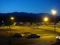 空とライトの色合いがとてもロマンチックな夜の教習風景。大自然に囲まれて人工的な明かりが少ないため、こんな景色も楽しめるんですね♪