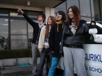 北陸自動車学校の校舎前で一枚♪合宿仲間と協力しあって、一緒に免許ゲットを目指しましょう!