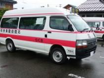 宿泊施設から学校までは、専用のスクールバスで送迎してくれます。雨の日も雪の日もこれなら安心ですね。