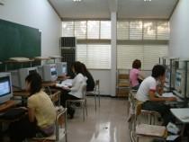学校内の自習用パソコン室。ゲームのような感覚で勉強できるので便利です。試験までに、自分の弱点はどこなのか探しておきましょう。