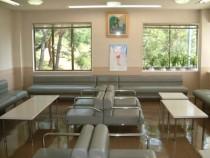キレイで明るい石川・太陽自動車学校の待合室。ゆとりのある空間にはたくさんのソファが。のんびりくつろげそうですね♪