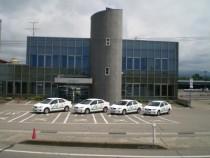 広い校舎に広い教習コース。教習車はこの4台だけではなく、すべての車両を合わせて65台も用意されています。