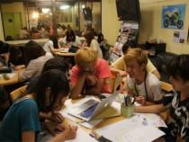 校内で教習生たちが集まって勉強会を開くことも。合宿を通して仲良くなれたからこそできることですね。