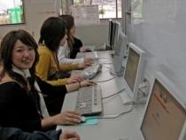 北播ドライビングスクールのロビーにはPCが設置されています♪PCを使って、効率的に学習することもできオススメです!