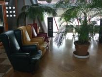 2階の休憩ホールにはすごく座り心地の良いイタリア製のソファーがあります。待ち時間などはここでゆっくり休憩、気分転換してください。