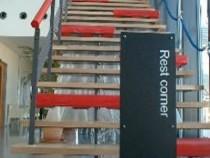 これは階段?ベンチ? 誰が何と言おうとベンチのようです。こういった遊び心溢れる自動車学校なら楽しいこと間違いなし!?