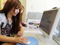 高梁自動車学校では、パソコンを使った学科自習システムを導入しています。自分の好きな時に復習できるため、短期間でも効率よく学習内容をマスターできるんです。