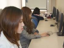 備南自動車学校には、PC完備の自習室があります。また、仮免学科試験対策として、勉強会も開催!短期間の合宿でも苦労なく免許が取得できます。