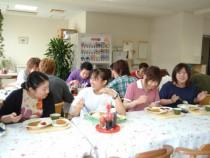 専用宿舎の食堂で友達と談笑。食堂はアットホームな雰囲気なので、自然と雰囲気も和みそうです。