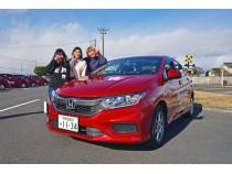 思わず目を引くさくら那須モータースクールの真っ赤な教習車はホンダのグレイス。なんだかやる気が湧いてくる色ですよね♪