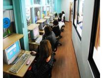 教習所内には、学科問題を勉強するためのパソコンも設置してあります。試験対策や予習復習はこれでバッチリですね!