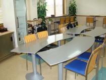ブルーがアクセントカラーになっている宿泊施設の食堂はいつでもキレイ♪朝と夜は教習生たちでにぎわいます。