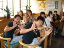 教習の合間だって皆仲良く一緒にご飯。合宿期間中ずっと一緒に過ごす仲間だから、自然と距離も縮まります。