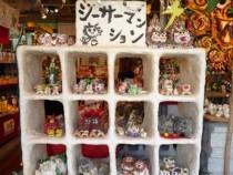 もちろんお土産も充実!かわいくてバリエーション豊富な定番のシーサー人形も至る所にあります♪家族や友達みんなに買っていくなら、大きめのトランクが必要ですね!
