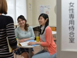 教習指導や受付では親切丁寧を心がけています。また、女性専用の待合室もありますので、女性お一人でのご参加もお待ちしております。