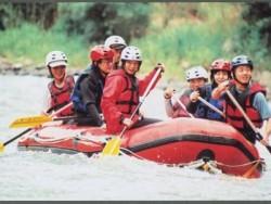 球磨川でラフティングも。日本の三大急流の一つに数えられている球磨川が目の前ですので、合宿中の自由時間にラフティングが大変人気です。旅館が提携していますので格安でご利用いただきます。ご希望の方はお申込時にお伝えください。