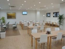 教習所内のレストランはとってもきれいで、おいしい食事が楽しめます。たくさん食べて、元気に教習にのぞみましょう!