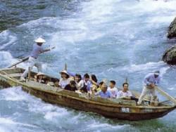 近くには熊本県内最大の川で、最上川・富士川と並ぶ日本三大急流の一つ「球磨川」が流れています!時には激流に揺られたり、ラフティングや川下りが楽しめるのはこの地ならでは!!リフレッシュ間違いなしです!!
