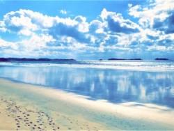 澄み切った海と空!3キロにもおよぶ海岸線と広大な浜辺!圧巻の光景が広がりますよ!必ず見に行ってくださいね★