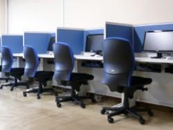 インターネットでいつでも勉強が出来る! 新たに導入された「エイトラーニングシステム」でいつでもどこでも勉強OK!学校から発行されたIDとパスワードがあれば、学校のインターネットブース以外にも、ご持参のパソコンや携帯電話などから利用することが可能です。