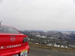 南は八幡平や焼山がある山岳地帯、北は十和田湖付近の分水嶺までの丘陵地といった自然に恵まれた地域。教習コースから山を望む事ができ、澄んだ空気の中で運転することができます。