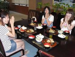 合宿期間中に1回、日本三大和牛の一つに数えられる米沢牛のステーキディナーにご招待します♪美味しいお肉を食べて教習もがんばりましょう!
