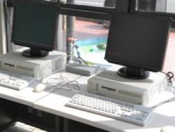 学校内には無料PCコーナーがあり、ご自由にお使いいただけます。 施設内では無線LANが設置されているため、自由にインターネットを楽しめます!