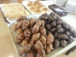 学校寮にお泊まりの方は、朝食に焼きたてパン食べ放題のサービスが!お客様に大好評を頂いています。