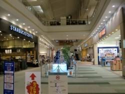 スクール周辺には大型ショッピングセンターやボウリング場やカラオケなどがあります。カフェでコーヒーを飲んだりショッピングを楽しんだりと、空き時間にいろいろ楽しめます。
