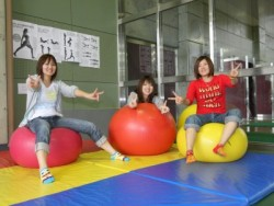 バランスボールで気分転換!学科の勉強や運転で疲れた身体をバランスボールでリフレッシュ!集中力も高まります♪