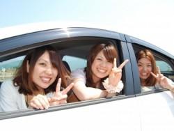 教習所では友達作りも楽しみですね♪ 仲良くなった3人がカメラにピース!