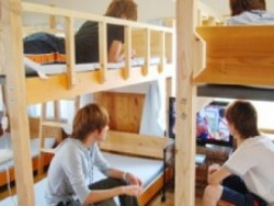 男性専用宿泊施設の各部屋にはゲーム機が用意されています。夜は同室の仲間とゲームで盛り上がりましょう♪
