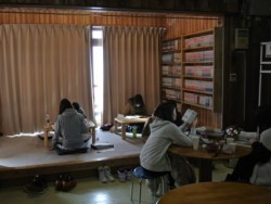 越後湯沢六日町自動車学校の待合室にはお座敷もあります。足を伸ばして休憩できるのはうれしいポイント。マンガもたくさんあるので待ち時間も退屈しません。