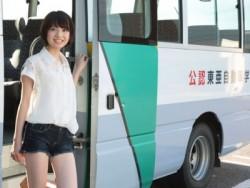 福島駅からはスクールバスが出ているため、学校までの移動もラクラク。移動中のバスで合宿仲間とおしゃべりするのも楽しいですね。皆さん、仲良く過ごされていますよ!