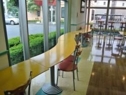 自然の光が差し込む、宿舎食堂は自慢です!ついつい会話がはずんでしまいます!