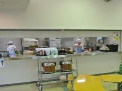 食事は、朝・夕は宿泊施設の食堂、昼はお弁当支給、♪学校宿舎の食事は毎日専門の方が気持ちをこめて調理しています!おいしすぎて、ついつい食べ過ぎてしまうかも!?食堂はカフェテリアのような内装で歓談の場として最適です♪