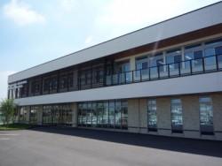 2014年5月にリニューアルした校舎はまるでホテルのよう!オシャレでキレイな校舎で教習が受けられるのはうれしいポイントです♪