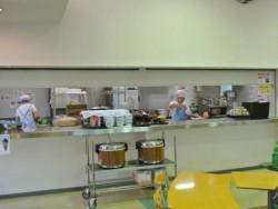 まえばし合宿所の食事は毎日専門の方が気持ちをこめて調理しています!おいしすぎて、ついつい食べ過ぎてしまうかも!?食堂はカフェテリアのような内装で歓談の場として最適です♪
