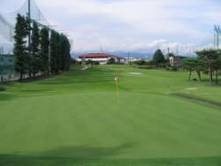 みんなでゴルフ。隣接している直営のゴルフ場での無料プレー券プレゼント!友達とゴルフデビューしちゃおう!※練習場の利用は有料となります。