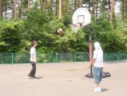 長坂自動車教習所では、2面のテニスコートとバスケットゴールをご用意。いつでも無料で利用できます♪外で体を動かしたくなったらぜひここで。