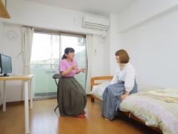 宿泊は専用の宿舎で。男性用と女性用、そして共同の3種類の宿舎があるので好きなところを選びましょう。シングルでも広い部屋なので快適に過ごせますよ♪