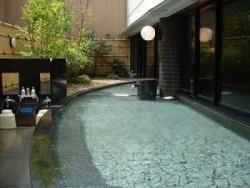 宿泊先のアパホテルにある大浴場の露天風呂(男湯)。人工ラジウム温泉で疲れた身体もポッカポカ♪