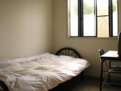こまつ自動車学校で選べる宿泊先は校内宿舎のみ。教習コースに隣接しているので、時間ギリギリまで寝ていられるかも。