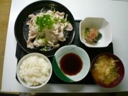 食事は学校指定の飲食店で。和食・洋食どちらもお腹いっぱい楽しめますよ♪たくさん食べて日々の教習に臨みましょう!