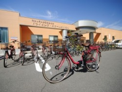 自転車でサイクリング。かいなんでは無料で自転車の貸し出しを行っており、 サイクリングを楽しむことができます。電動アシスト付自転車を導入しました♪