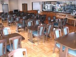校内食堂で朝・昼・晩と食べていただきます。すべて手作りですのでご飯の時間が楽しみになるはずです(コーヒー、ご飯、お味噌汁はおかわり自由)。